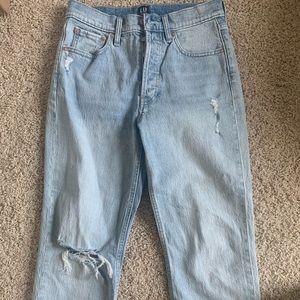 Straightleg Lightwash Highwaisted Distressed Jeans